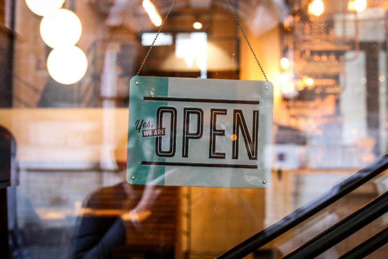 Wir sind offen und für dich da, sagt das Eingangsschild als Metapher für Transparenz und Offenheit auch im Online-Kontakt. Interview Katrin Walter - simply walter
